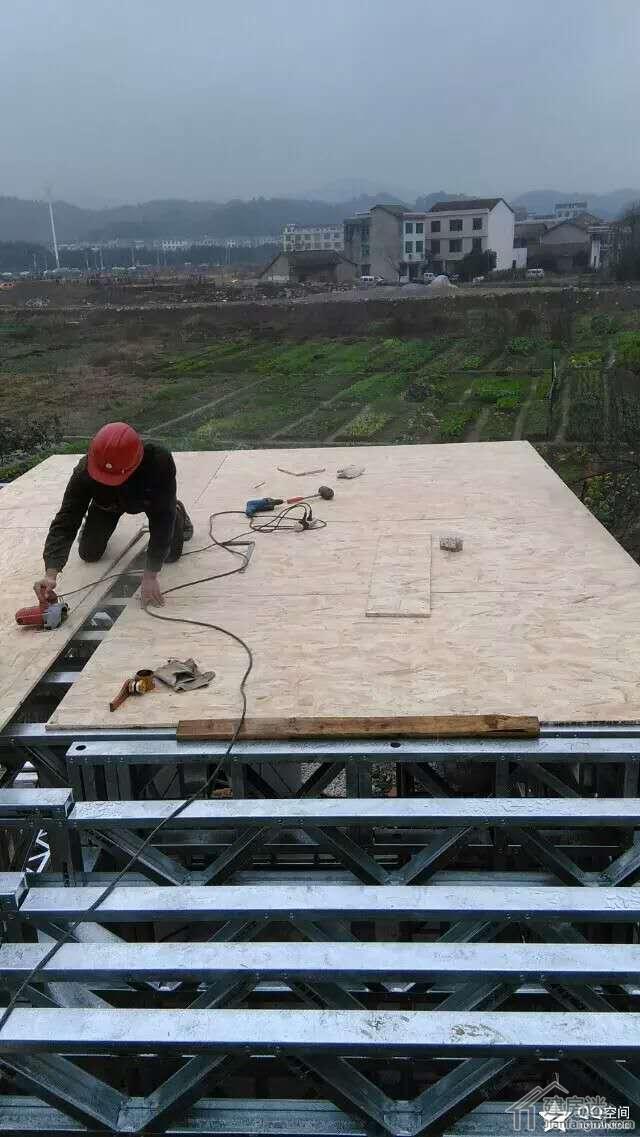 铺设OSB楼层板