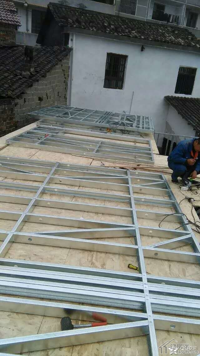 楼板上拼装二层墙体
